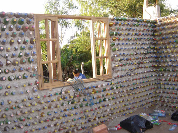 Construcci n ecol gica casas baratas hechas con botellas for Como hacer una casa clasica de ladrillo en minecraft