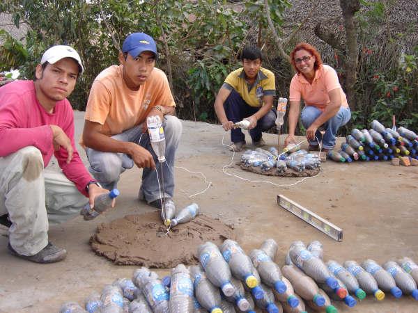 Construcci n ecol gica casas baratas hechas con botellas for Como nivelar un piso de tierra