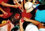 Indígenas colombianos preparando la cena en el campamento en Cali, durante su marcha por los derechos y la dignidad.