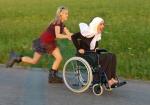 """Fue le quinto lugar de la categoría """"Actuando en solidaridad"""", con su foto: Carrera en silla de ruedas y patines."""