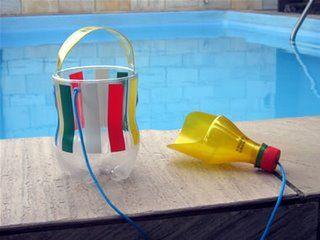 Cubeta y pala para la playa con botellas