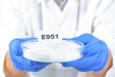 laboratory-assistant-holding-e951-aspartame-in-a-dish