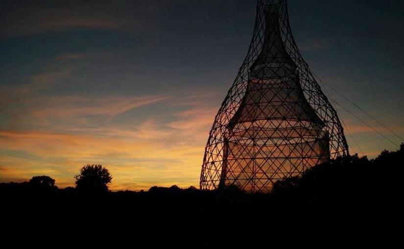 Una torre de bambú que produce 25 galones de agua delaire